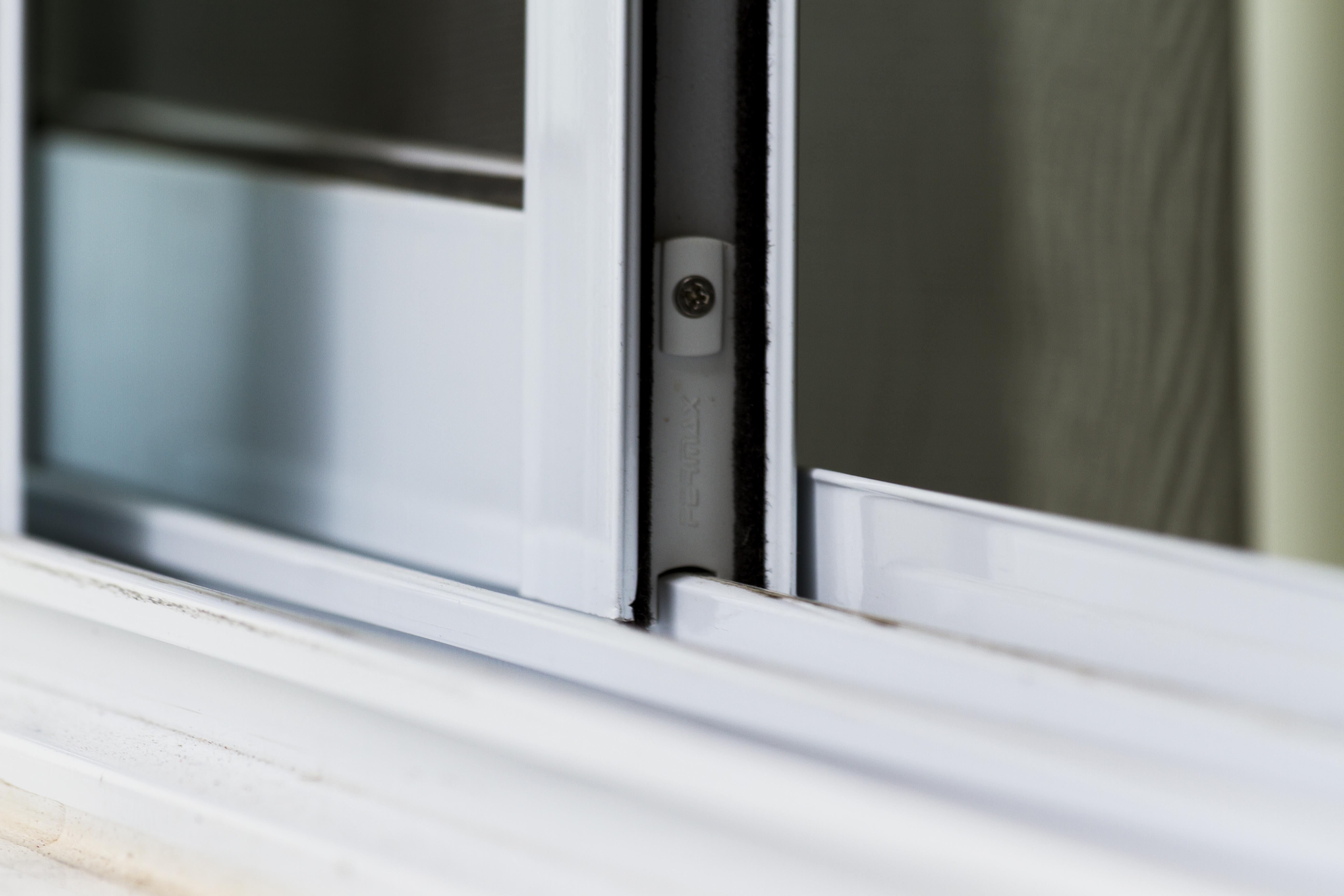 Vídeo ensina como regular as guias em janelas e portas de alumínio de correr.
