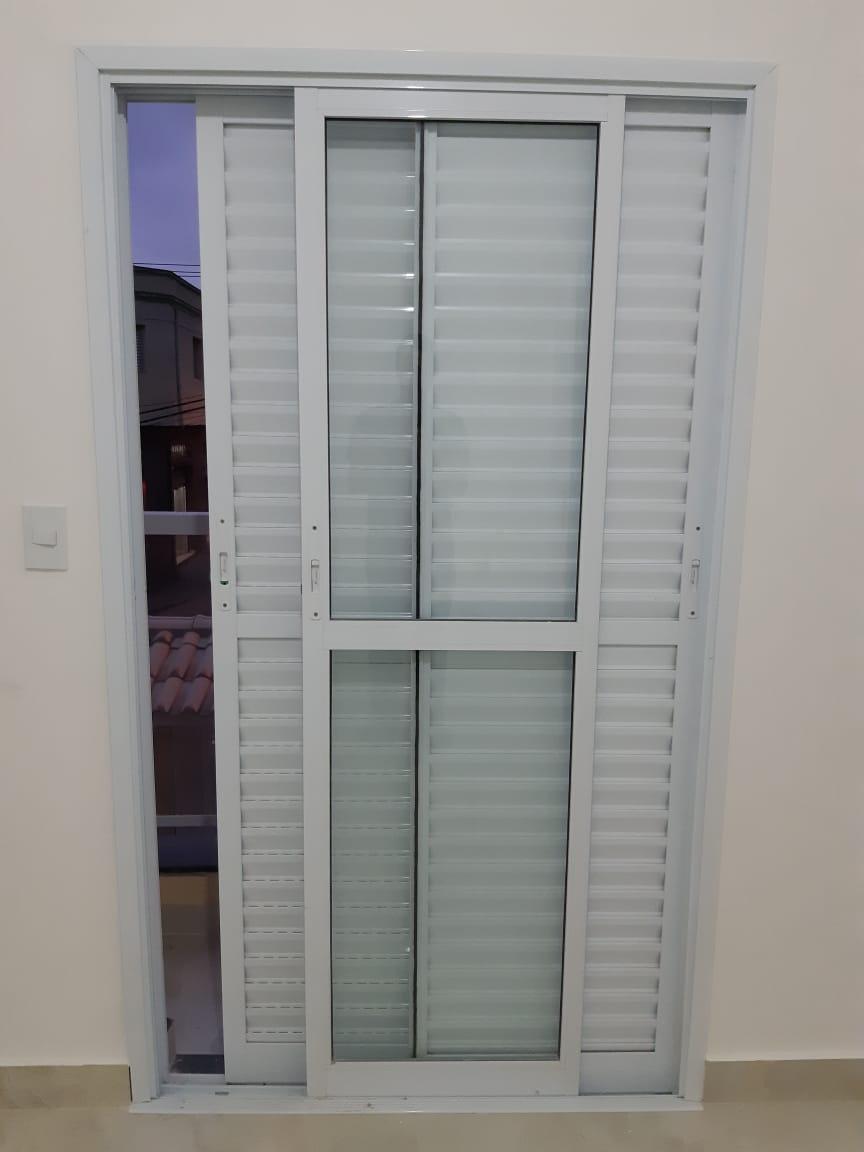 Vídeo ensina como instalar os arremates em portas e janelas de alumínio.